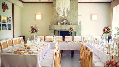 Украшение стульев на свадьбу в золоте