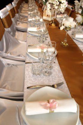 Украшение стола молодоженов свечами
