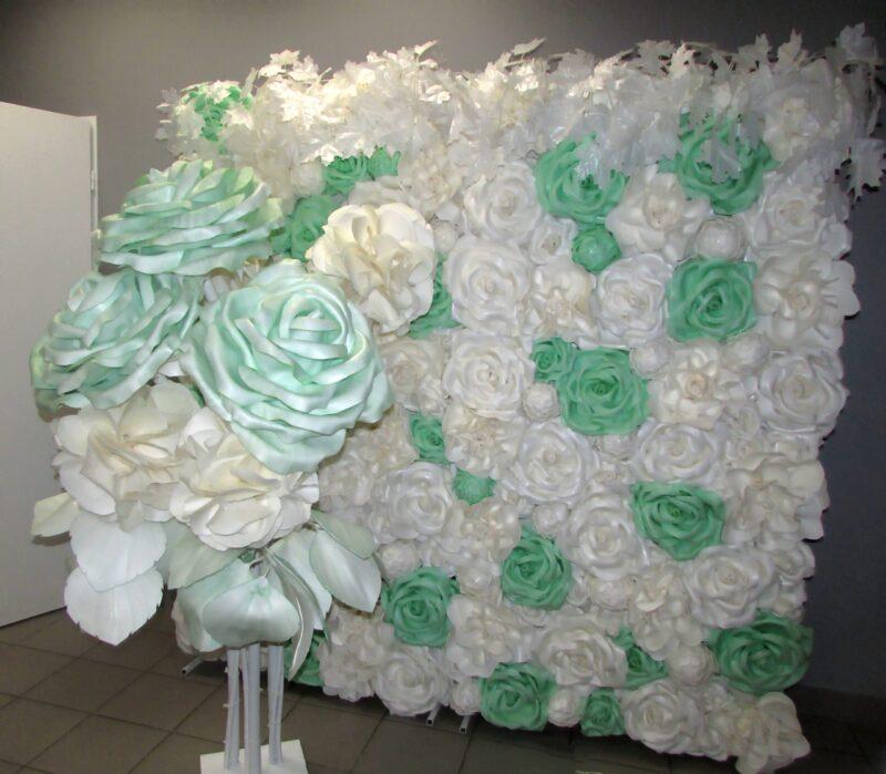 Фотозона из ростовых цветов бледно-зеленого цвета