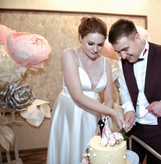 Украшение свадьбы большими цветами серебряными