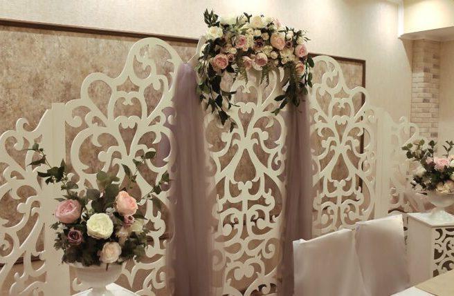 Оформление зала на свадьбу цветами тканью и ширмой