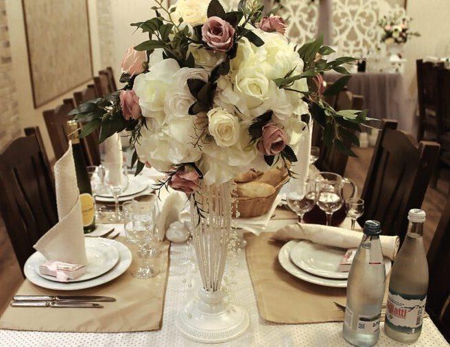 Оформление зала на свадьбу искусственными цветами