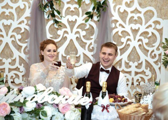 Украшение стола на свадьбу в цвете сером