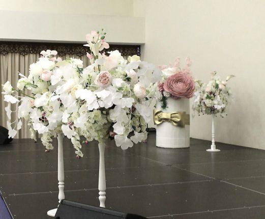 Белые цветочные стойки с декоративными цветами