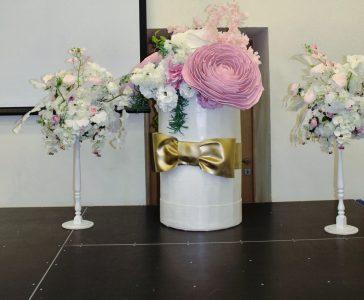Большая ростовая шляпная коробка с розовыми цветами из фоамирана