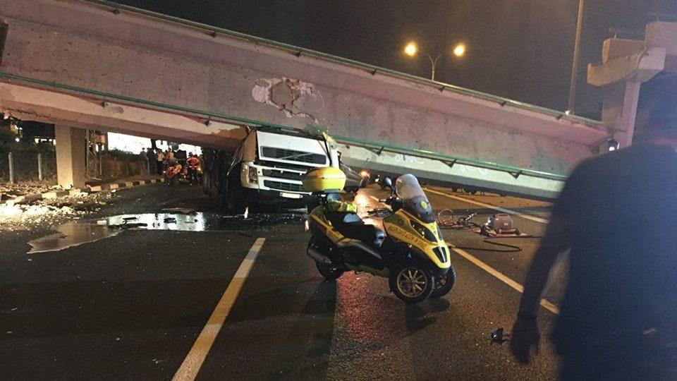 מנורה מבטחים היא המבטחת בביטוח רכוש של המשאית שפגעה בגשר הולכי הרגל בכביש 4