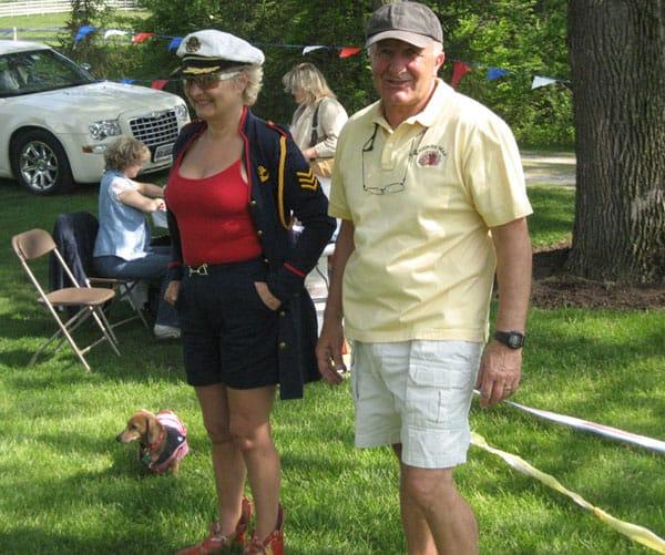 Właściciel posiadłości, Tony Czupryna w towarzystwie Małgosi i jej jamniczka- zdobywcy I nagrody w kategorii  piesków.