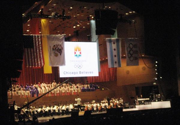 Amfiteatr w Millenium Park z flagami: USA, stanu Illinois, Chicago i Olimpijską