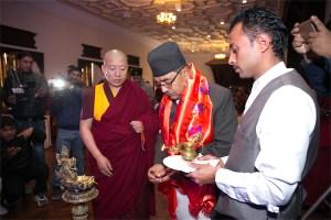 El Ministro de Defensa de Nepal, el Honorable Sr. Bhimsen Das Pradhan, oficia la apertura de la conferencia junto con el Venerable Lama Thubten Phurbu.