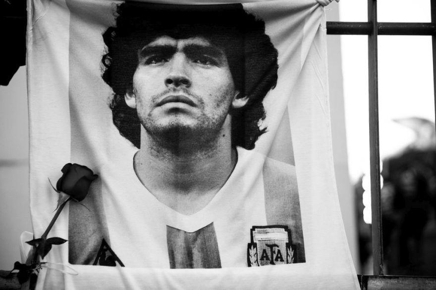 Maradona a murit