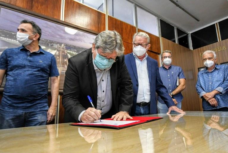 João Azevêdo autoriza investimento de R$ 24 milhões em primeira obra do programa Rodovias PB e celebra 75 anos de fundação do DER