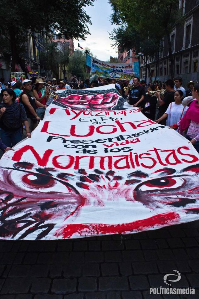 Normalistas de Ayotzinapa en manifestación conmemorativa 2 de octubre, 2014