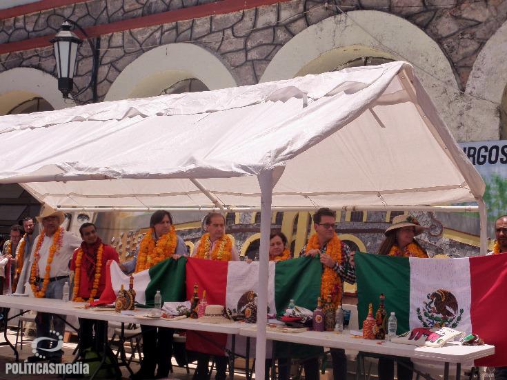 Padres de los 43 normalistas desaparecidos obsequiaron banderas mexicanas a los miembros del GIEI. | Fotografía: Ernesto Funesto Mondragón/Políticas Media