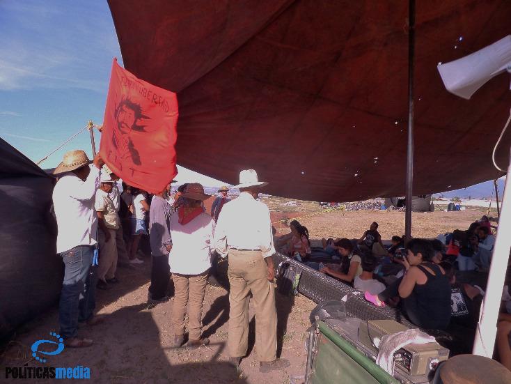 Ejidatarios del FPDT hablan explican su problemática en el campamento que mantienen en el ejido de Tocuila. | Fotografía: Ernesto Funesto Mondragón / Políticas Media