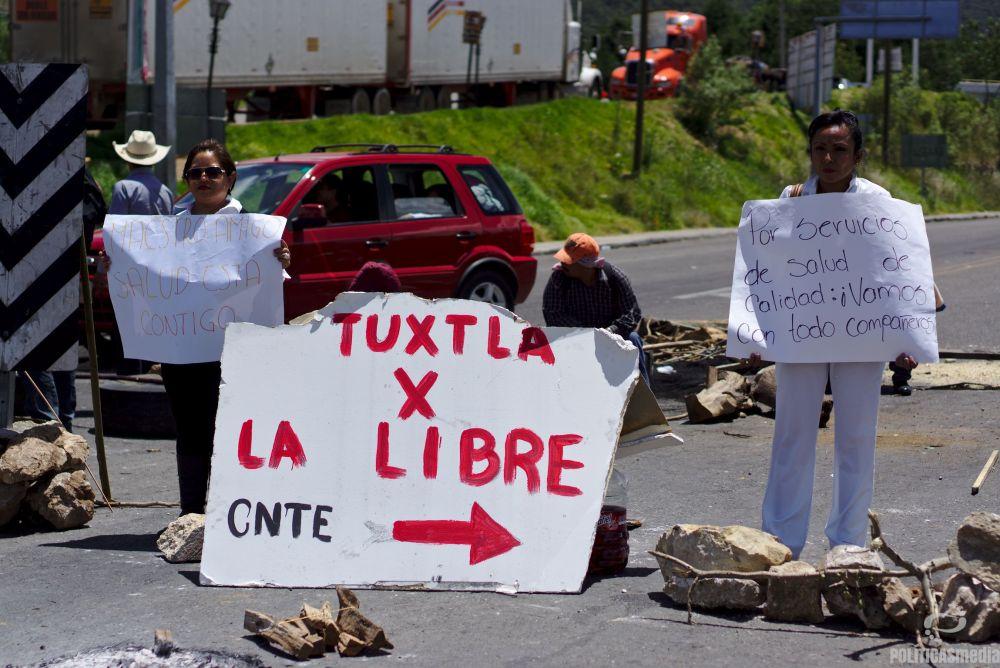 Médicas participan en el bloqueo carretero en San Cristóbal de las Casas | Fotografía: Antonio Hernández