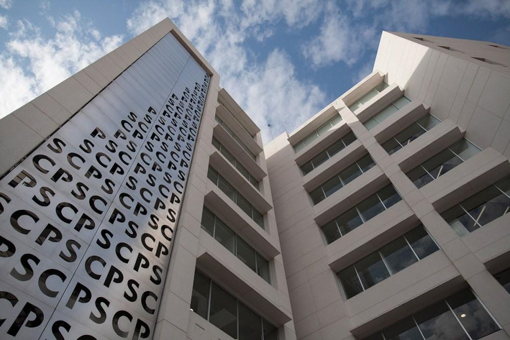 El edificio H de la FCPyS. Foto: Alejandro Saldívar / Proceso.