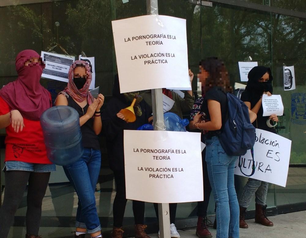 Manifestantes afuera del Auditorio Ricardo Flores Magón, FCPyS, UNAM. Foto: Pablo Gómez_Políticas Media.