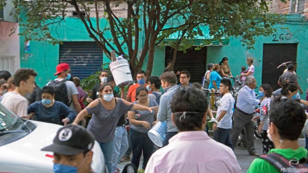 Voluntarios en labores de rescate ante colapso de edificio en Torreón y Viaducto en la Colonia Piedad Narvarte. Foto: Paty Olivares | Políticas Media.