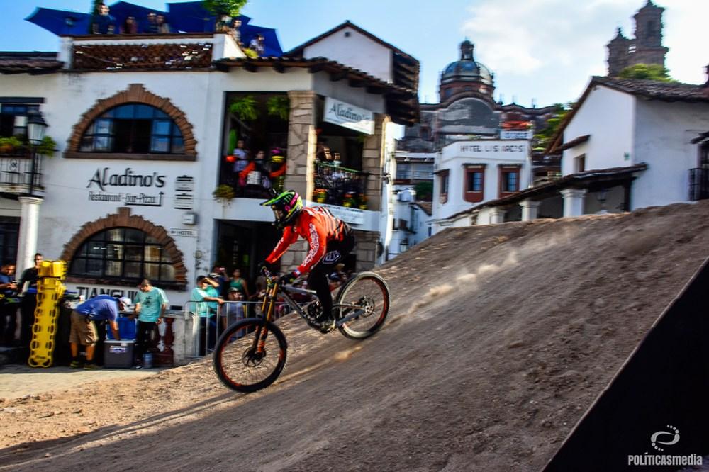 Ciclista en la pista en la sexta edición de Down Hill Taxco, Guerrero. Fotografía: Alan Bazán | Políticas Media