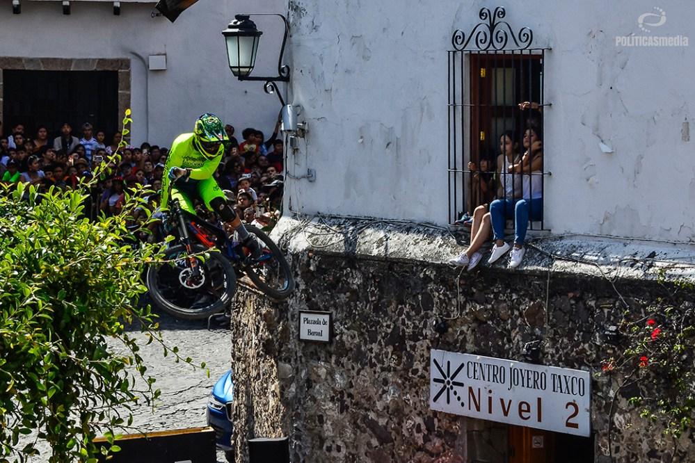 Ciclista recorriendo la pista en la sexta edición de Down Hill Taxco, Guerrero. Fotografía: Alan Bazán | Políticas Media