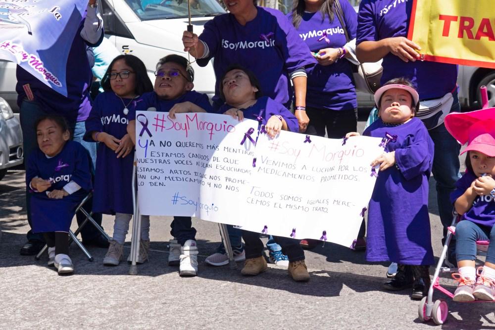 Manifestantes con Síndrome de Morquio en las oficinas del Seguro Popular. Foto: Paty Olivares.