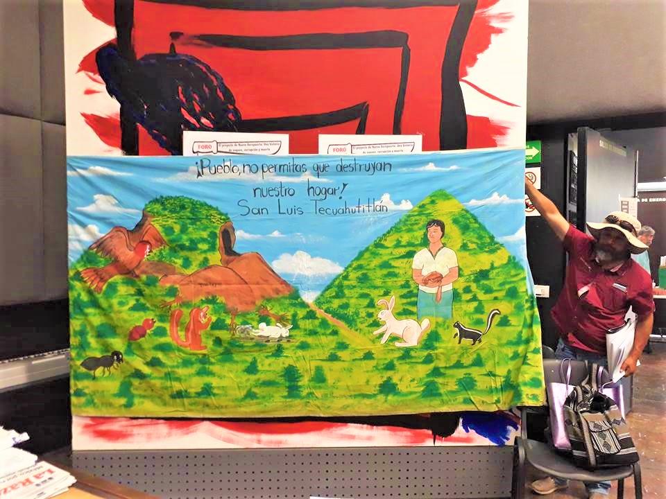 Manta colocada a la entrada del auditorio por parte de pobladores de la comunidad de San Luis de Tecuahutitlán. Auditorio Ho- Chi Minh de la Facultad de Economía de la UNAM, 26 de abril de 2018 | Fotografía de Martín López Gallegos.