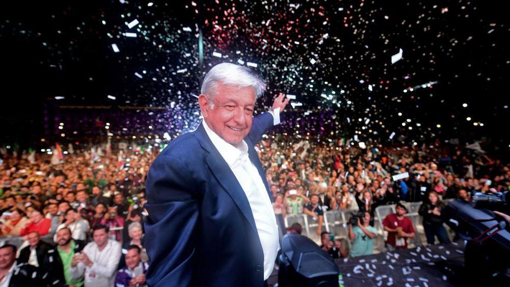Por el bien de México, primero los pobres, dijo López Obrador ante un Zócalo repleto que le hizo más festiva su victoria. Foto: PEDRO PARDO.