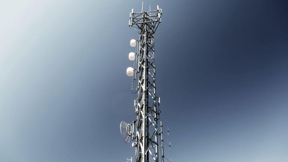 U Britaniji zapaljeni stubovi 5G mreže, zvaničnici kažu – teorije zavere štetne