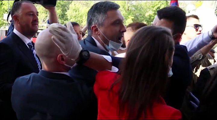 Boško Obradović napadao ministre i poslanike ispred ulaza u Skupštinu Srbije
