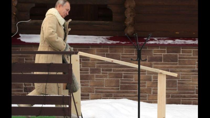 Putin zaronio u ledenu vodu na Bogojavljanje (VIDEO)