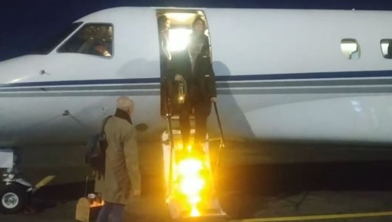 Blagodatni oganj specijalnim avionom stigao iz Izraela u Moskvu (VIDEO)
