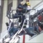 (VIDEO) Vatrogasac u Novom Sadu spasava bebu iz zgrade u plamenu