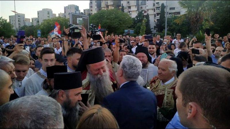 Doček Joanikija u Podgorici, premijer od njega zatražio oprost