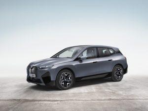 Pogledajte kako se BMW iX sam vozi tražeći punjač i parking mesto
