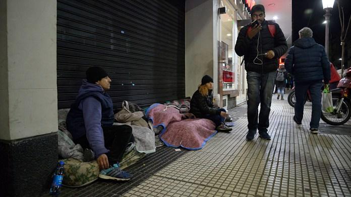 La calle es el hogar donde muchos pasan la cuarentena
