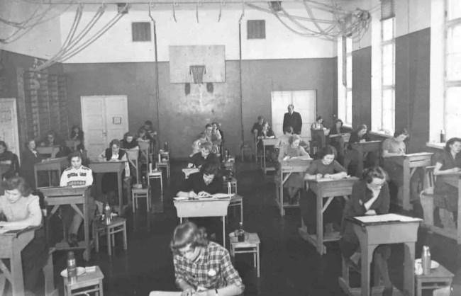 Kuva: Jyväskylän normaalikoulun arkisto. Ylioppilaskirjoitukset vuonna 1952.