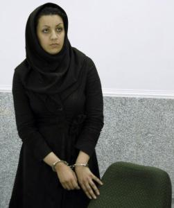Ein Bild, aufgenommen am 8. Juli 2007, zeigt die Iranerin Reyhaneh Jabbari, wie sie in Handschellen neben dem Polizeihauptquartier in Teheran steht, nachdem sie verhaftet wurde wegen des Mordes an einem ehemaligen Geheimdienstoffizier.