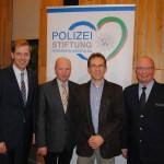 Landrat Dr. Christian Schulze Pellengahr, Vorsitzender des Personalrats Kai Hartweg, Vorsitzender Polizeistiftung Diethelm Salomon, Abteilungsleiter Polizei Peter Schwab