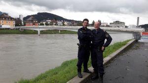 Polizisten retten leblose Person aus Fluss