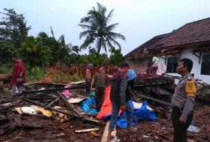 Petugas mengecek langsung rumah warga terdampak bencana alam angin puting beliung