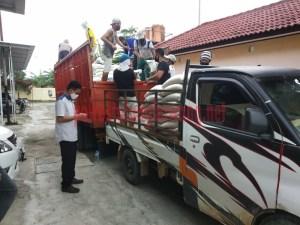 Proses pendistribusian beras untuk warga terdampak covid-19