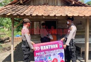 Personel Satsabhara Polres Tulang Bawang bagikan paket sembako untuk masyarakat terdampak covid-19