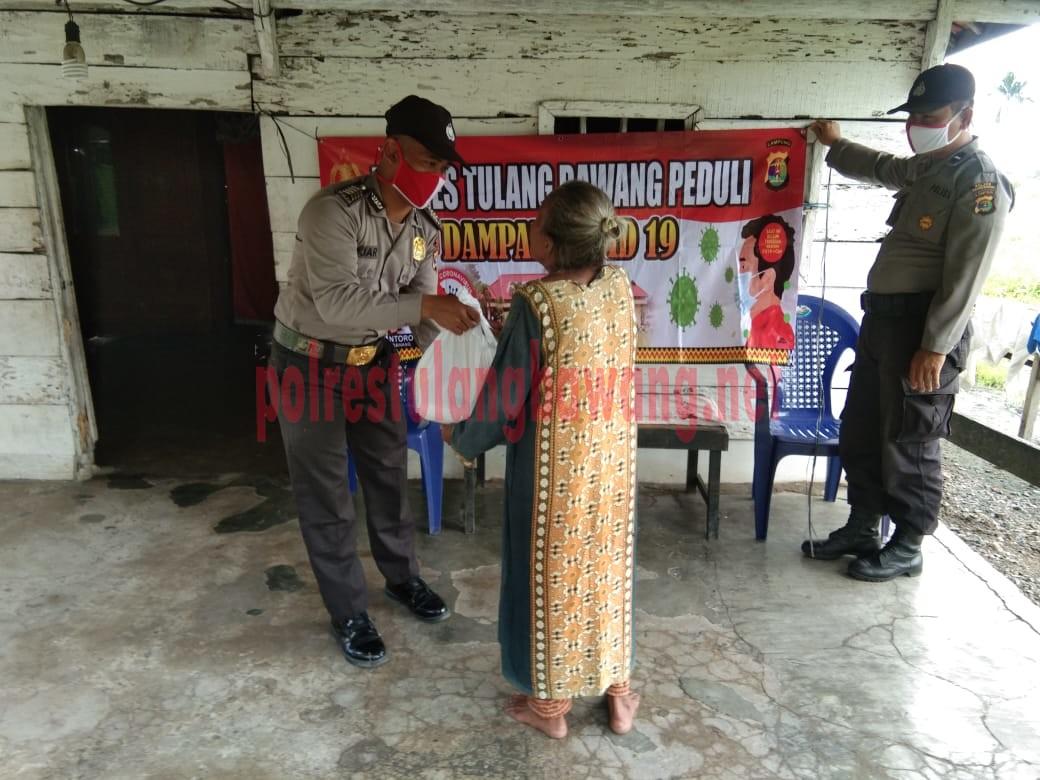 Personel Satbinmas Polres Tulang Bawang bagikan paket sembako di Kelurahan Menggala Kota