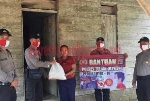Personel Sikeu Polres Tulang Bawang bagikan sembako di Kampung Penawar Rejo