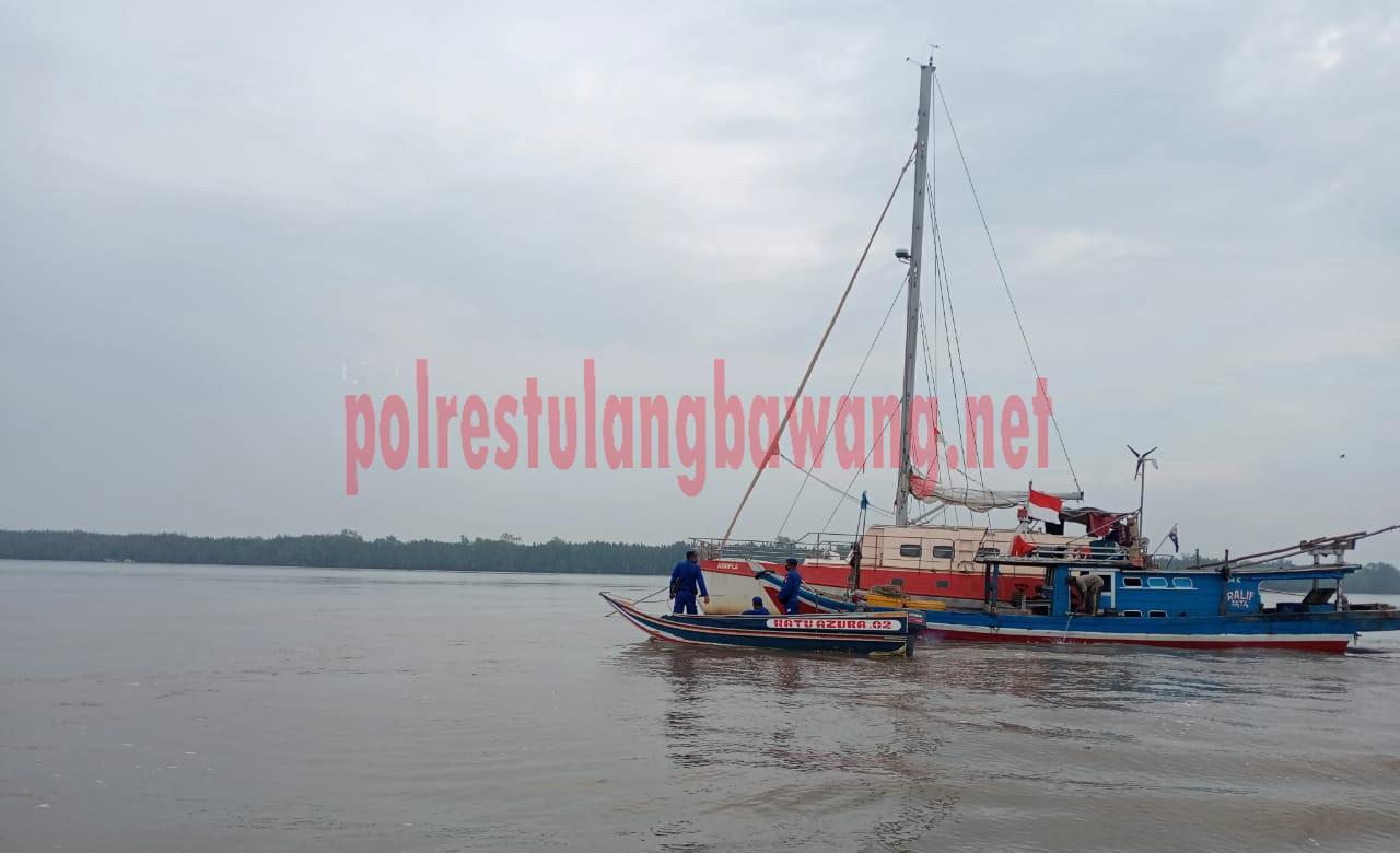 KLM Hoopla berlayar dengan digandeng KM Ralif Jaya