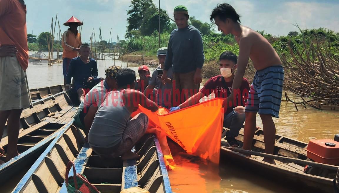 Proses evakuasi mayat di aliran Sungai Tulang Bawang