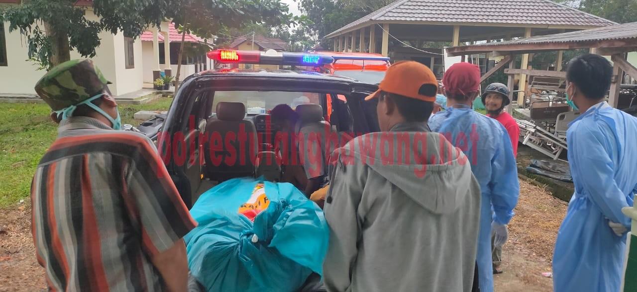 Jenazah korban dimasukkan ke dalam mobil ambulance untuk dibawa ke rumah duka