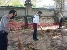 Personel Polres Tulang Bawang sedang membersihkan Pura Desa dan Pura Puseh, Dusun Cakat Raya, Kampung Menggala