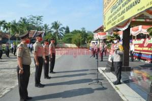 Perwakilan personel yang naik pangkat laporan kepada Inspektur Upacara