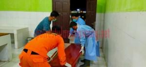 Jenazah Nur Rokman dimasukkan ke peti sebelum dibawa pulang oleh keluarganya